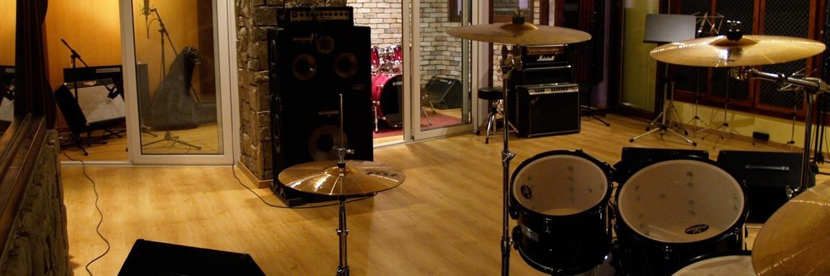 Studio A | Στούντιο Ηχογράφησης Mastering Μουσικές Παραγωγές. Το CUE είναι ένα σύγχρονο και άρτια εξοπλισμένο στούντιο ηχογράφησης και Mastering στη Θεσσαλονίκη.