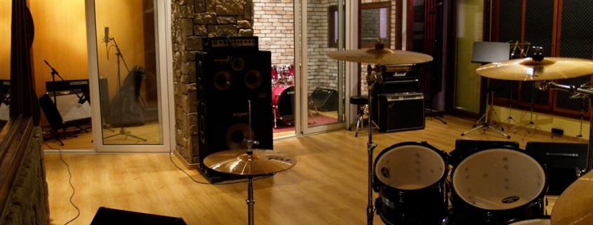 Various percussions (Udu Djempe Cajon etc) | Στούντιο Ηχογράφησης Mastering Μουσικές Παραγωγές. Το CUE είναι ένα σύγχρονο και άρτια εξοπλισμένο στούντιο ηχογράφησης και Mastering στη Θεσσαλονίκη.